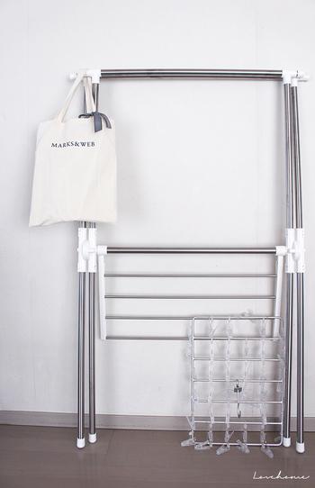 ハンガーを入れたバッグは、物干しスタンドのポールの端に常に掛けておくと便利。頻繁に使うもの同士セットにして保管しておくと機能的ですね。