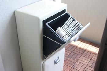 ベランダに置いてあるダルトンのダストボックスにハンガーを入れて。ベランダで洗濯物を干す時、サッと取り出せて便利です。使うものは使う場所に収納するのが一番ですね。