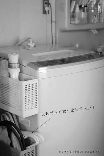 洗濯機の横にボックスを取付け、ハンガーを入れて。デッドスペースを活用するという点では良いアイデアですが、このままだとハンガーが上のボックスに引っかかって取り出しにくいというデメリットも。