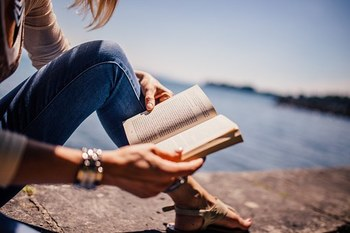 さて、旅に出発!一人旅だからこそ、目的地までの移動時間や、ちょっとした待ち時間は、とても贅沢な時間です。自分のためだけの有意義な時間を持つことができます。  忙しい毎日の中で、読みたくても読めていない本をじっくり読むことも。ぜひ、読めていなかった「本」を1冊持っていきましょう。  読む場所が、非日常的な旅先なら、新鮮な感覚で、読書に夢中になれそうです。