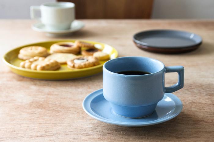 【マグカップ】 「青いマグカップ」と言ってしまうと、そっけなく感じてしまいますが、「勿忘草の色をしたマグカップ」と言うと特別さが出ると思いませんか。 まさに勿忘草の色合いを帯びた、長崎県波佐見町にある陶磁器ブランド「HASAMI(ハサミ)」のブロックマグ&ソーサー。50~60年代のアメリカのカフェで使われていた大衆食器をイメージして作られているので丈夫で少々雑に扱ってもOK。電子レンジや食器洗浄機にも使えるのも嬉しいポイントです。