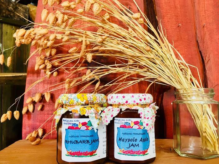 前出の「ぼーしやジャム工房」のジャムたち。画像左から『ルバーブ』(信濃町・安川オーガニックファーム)、お隣・飯綱町で栽培されている皮も果肉も真っ赤な英国の姫りんごを使った『メイポール』(山下農園)。