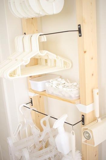 ハンガーやピンチハンガーなどは吊るして収納。洗濯バサミはボックスに入れて収納しているそうです。機能性を考えぬかれて作られているから、とても使いやすそうですね。