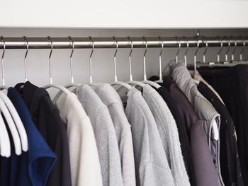 こちらのブロガーさんは、洗濯物を取り込む時にハンガーのままクローゼットに掛けているそうです。たたまなくて済むから時短になりますし、ハンガーの収納場所を考えなくても良いから、まさに一石二鳥ですね。