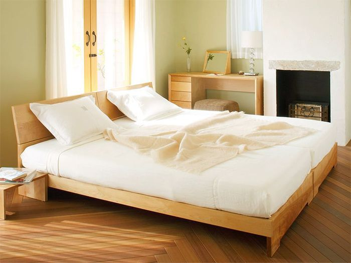 ご家族みんなで寝室を使っているというご家庭では、ベッドもライフスタイルの変化に合わせてカスタマイズできるタイプがおすすめ。例えば、お子さんが小さいうちは一緒に寝て、子供部屋ができたらベッドを分離できれば便利です。連結ベッドは、2つのベッドを金具などで連結できるもの。ベッドとベッドの間にも隙間ができにくいため、川の字になって寝るご家庭にも向いているのでは。