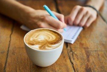 目的地まで、あと少し。カフェ・喫茶店を見つけたら、焦る気持ちを落ち着かせて、ホッと一息つきましょう。  せかせかした気持ちと、ゆったりとした気持ち。旅を心豊かに楽しめるのは、もちろん後者です。  美味しいコーヒーでも飲みながら、これからの行動プランをゆっくり再確認してみては♪