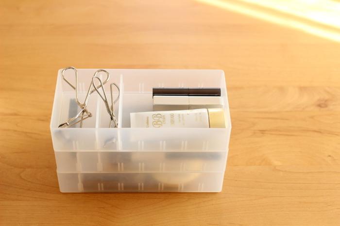 無印良品のポリプロピレンケースも積み重ねできます。引き出しの小分け収納に使うこともできる他、帰省や旅行などでは重ねてバッグなどに入れれば持ち運びもできます。移し替えの手間が省けるアイデアですね。