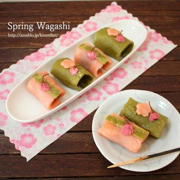 白玉粉と薄力粉で作る皮を焼いて、あんこを巻くお手軽和菓子です。ピンクとグリーンのコントラストが楽しいですね。