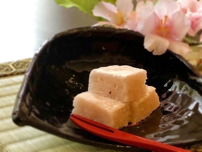 「羽二重餅」とは、餅粉を蒸し、砂糖・水飴を加えて作られた福井県の名菓。こちらは、ほんのりピンク色で桜の香りがする手作り羽二重餅です。フードプロセッサーで作るので、家庭でも簡単に羽二重餅が再現できます。