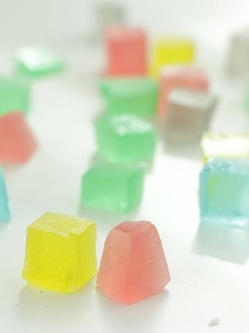 食べると外側はシャリシャリ、中はプニプニ。キラキラの食べられる宝石「琥珀糖(こはくとう)」です。材料は砂糖と寒天のみで、簡単なのにインパクト大のお菓子です。