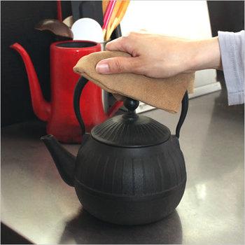 鉄製なのでほとんどが高価ですが、丈夫で長持ちし、内側にホーロー加工が施されているためお手入れも楽。使い込む程に味わいが増し愛着の沸く急須です。お茶の味はまろやかで、商品によっては微量の鉄分が溶け出すものもあるため、鉄分補給も出来ますよ。