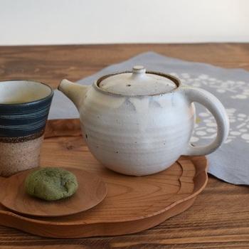 粘土が主原料の陶器の急須。土の柔らかな手触りが楽しめて、素朴な印象にほっとしますね。吸水性が高く、お茶に含まれるカテキン(渋味)を吸着するので、まろやかな味わいになります。