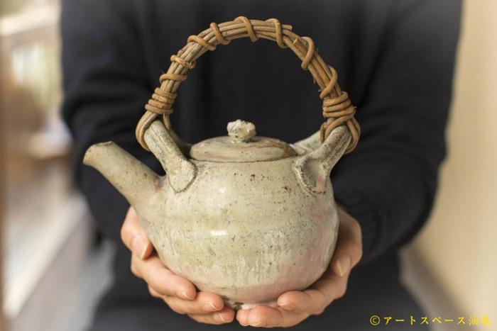 お茶を淹れるために必要な急須。見た目のデザイン性も大切ですが、素材によっても実はお茶の味わいが変わってきます。ここでは代表的な4つのタイプの急須をご紹介します。