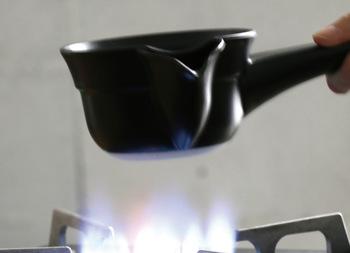 水道水には、日本茶には好ましくない「カルキ消毒」がされているものが多いです。美味しく淹れるためには、水道水を必ず2~3分間沸騰させるのが大切。浄水器を使う場合でも、沸騰させることをおすすめします。水道水を一晩汲み置きすると、よりしっかりカルキ臭が抜けますよ。