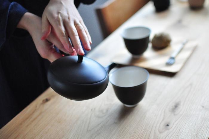 急須から湯のみの注ぐ時のポイントです。急須からお茶を出すと、最初は薄く、後になるほど濃くなります。そのため、数人の湯のみに注ぐ時は、味が均一になるように少しずつつぎ足していくのがポイントです。