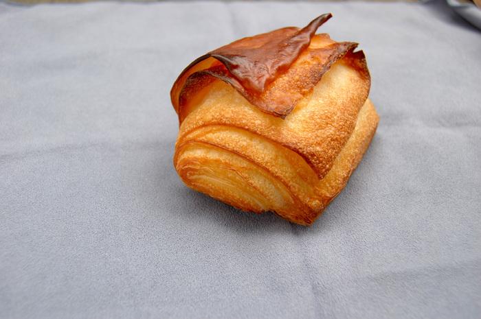 人気の「12ブッロ」は、バゲット生地が12層に折り込まれたパンです。外側の生地はパリパリで中はふんわり。濃厚なバターの味わいが、小麦のうまみを感じる生地とよく合います。