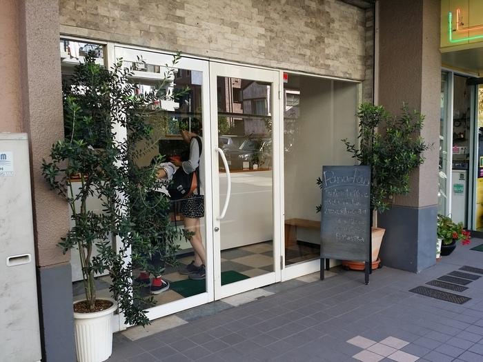 用賀駅、または二子玉川駅から徒歩約20分の場所に位置する「パナパン」。お散歩気分でのんびりと訪れたい、閑静な住宅街の中にあるお店です。