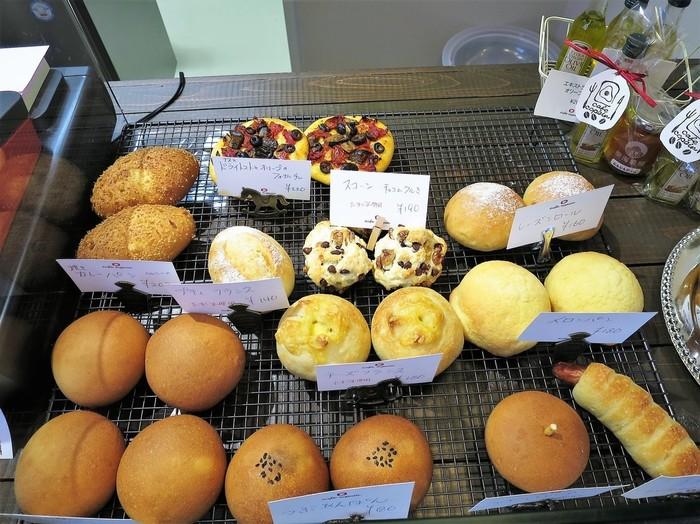 テイクアウト用の自家製パンが、レジの横に並んでいます。カレーパンやレーズンパン、メロンパンなどの定番商品に加えて、こだわりの新鮮なお野菜を使った、季節限定のパンが登場することもあるそうです。一体どんなパンと出会えるか、ワクワクしながら訪れてみてくださいね。