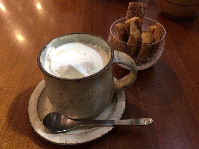 生クリームをたっぷりとのせた「ウインナーコーヒー」は、程よい甘さに癒されます。ドリンクには+150円で花見糖ラスクをつけることもできます。購入した本を読みながらゆっくりとくつろぎましょう。