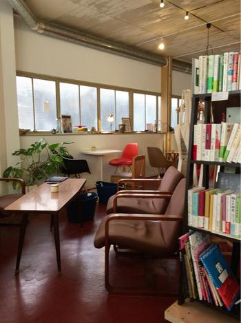 そんな書店の一角がカフェになっていて、本に囲まれながら美味しいコーヒーがいただけます。ついつい長居してしまいそうな居心地の良さが魅力です。
