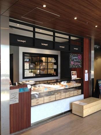 コッペパンの専門店「イアコッペ」は、上野公園の敷地内にある複合施設「上野の森さくらテラス」の3階にあります。自家製酵母を使用したやわらかなパンに、バラエティ豊かな具材が挟まれたコッペパンをいただくことができます。