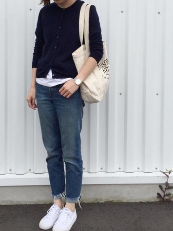 ネイビーカーディガンのメンズライクコーデの基本は、デニム×白のバランスです。クルーネックカーディガンの裾から白Tシャツを覗かせ、シューズとバッグもホワイトでまとめることで爽やかな印象に。