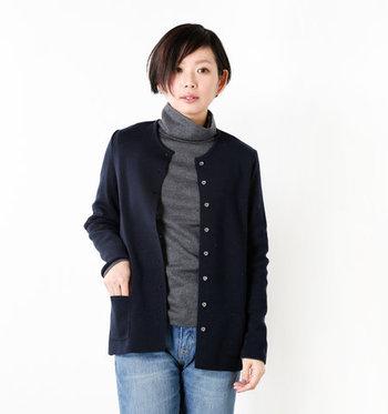 柔らかな印象を与える「クルーネックカーディガン」は、色々と着まわせるスタンダードなデザイン。こんな風にインナーにタートルネックを合わせても品よくまとまります。