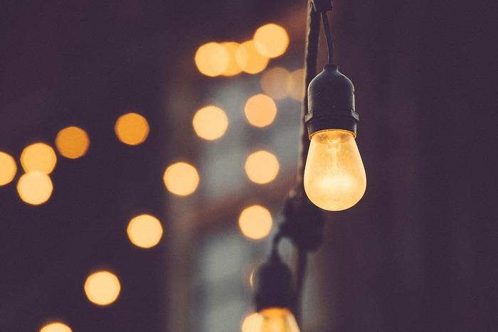 リビングや寝室などの安らぎの空間には、「白熱球」などの、オレンジ色っぽい光を作る電球がおすすめです。火に近い色の明かりを見ると、人は本能的に温かみを感じ、気持ちが落ち着くという説があるそうですよ。ムードのあるレストランやバーにも、よく暖色系の照明が使われていますよね。