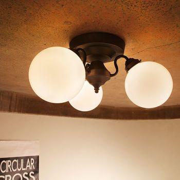 笠がないタイプの照明は、光が360度拡散し、天井にも反射します。お部屋全体を明るく照らしたいときにおすすめです。