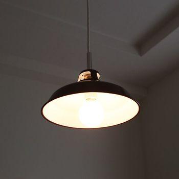 電球が同じでも、照明器具に笠(シェード)があるかどうかで光の量が変わってきます。笠の付いている照明は、天井に光が反射しないので、下のスペースにしっかりと光を届けてくれます。そのぶん他の空間は少し暗めになるので、作業机など、一点を中心に照らしたいときにおすすめです。