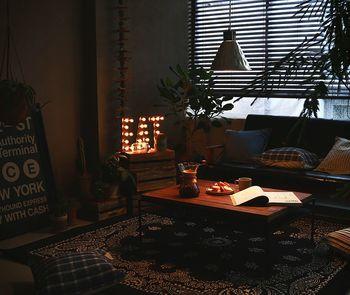 くつろぎの空間にしたいリビングは、照明の明るさを少し抑えたいところです。とは言うものの、暗すぎると本を読むときや作業をするときに苦労してしまいますね。小さめのペンダントライトを低めに吊り下げたり、手元だけ照らしてくれるテーブルライトなどがおすすめです。
