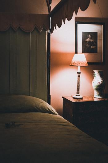 寝る前に強い光が目に入ると、安眠しにくくなってしまうことがあるそうです。寝る前の寝室は、傘のついたランプやスタンドライトでほのかに明かりを灯すようにしましょう。