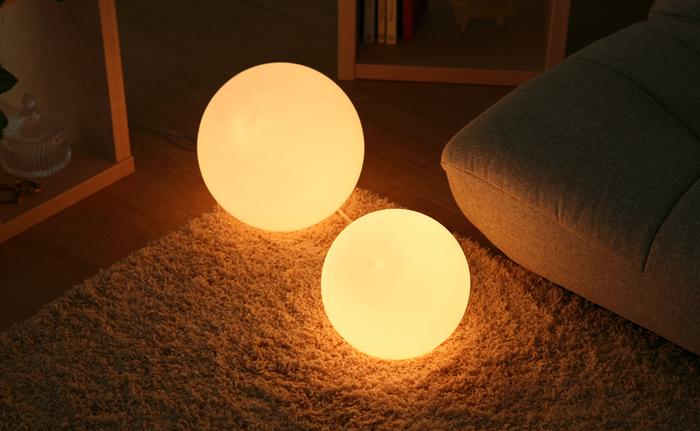 こちらのシンプルな丸型ランプは、点けるとほわっとした明かりが広がって、気持ちを落ち着かせてくれます。どんなお部屋にもなじむ形状なので、テーブルライトとして使ったり、寝室の床に置いてフットライトにしたり…と、使い道いろいろ。少し照明が暗いお部屋に追加して使うのも◎。SサイズとLサイズの2種類があります。