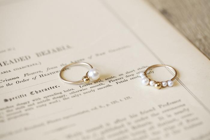 """真珠は""""健康""""や""""富""""、そして""""美しさ""""の象徴といわれていることから、結婚30年目に願いを込めて「真珠婚式」を行います。昔から""""悪い縁や運を遠ざけるお守り""""としても使われてきたことから、大切なパートナーには真珠のアクセサリーの贈り物が最適です。"""