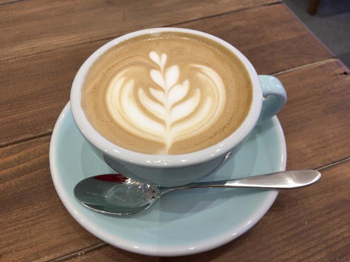 「おいしいコーヒーを飲んでもらいたい」という想いから、トップレベルのグレードのコーヒーを提供しています。香り高く、豊かな味わいが飲みやすいと評判です。ラテアートが可愛いカフェラテも人気で、ホッと落ち着くまろやかなテイストに癒されますよ。
