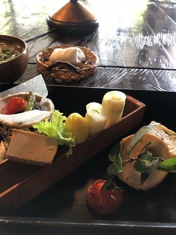 ランチは、価格が異なる3種類。すべてのランチに付いている季節のいろいろは、創作和食を少しずつ食べられる贅沢な一皿。盛り付けも洗練されています。