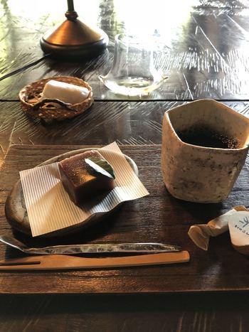 価格によって、コーヒーとデザートが付いてきます。コーヒーは、方寸オリジナルブレンド。オリジナルのミルクや角砂糖も。一度は訪れてみたい素敵なお店です。