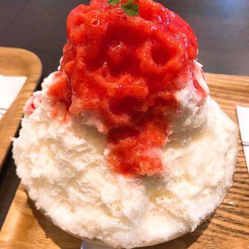福岡で人気のかき氷専門店「おいしい氷屋」。博多ブランド「純氷」を使用したふわふわかき氷に、あまおうソースと自家製のミルクをたっぷりかけた「あまおうイチゴミルク」は、甘酸っぱくて一人でもぺろりと食べられます。フレッシュな美味しさにハマる人続出中の人気メニューです!