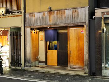 さぁ、お次は祇園にある京定食屋「祇園ろはん」さんです。祇園という土地柄も手伝って、落ち着いた料亭のような佇まい。でも「定食屋さん」というコンセプトで営業されているので、「一見さんお断り」といったルールはないのでご安心を!