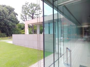 ガラス張りの開放感あふれる店内が印象的な「カフェ テイエン」。 旧朝香宮邸を美術館として一般公開している「東京都庭園美術館」のミュージアムカフェは、展示鑑賞後にぜひ訪れたいカフェです。