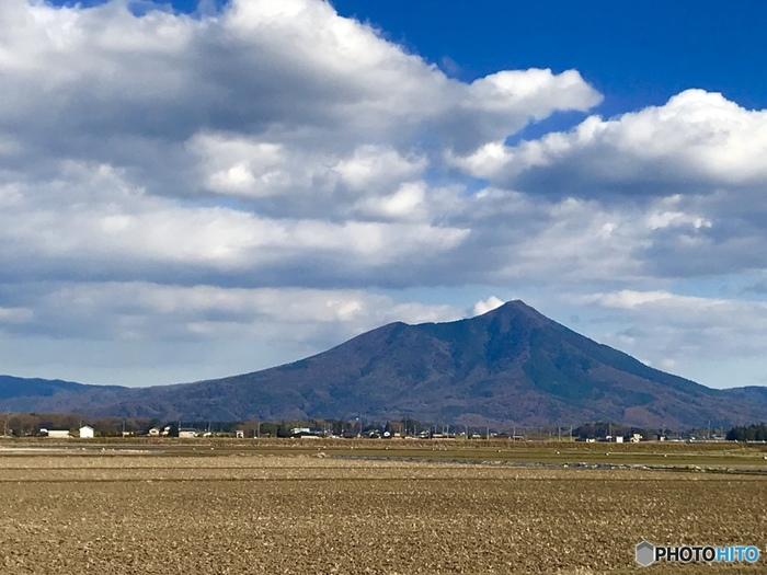 """茨城を代表する観光スポットといえば「筑波山」。""""西の富士、東の筑波""""と富士山と並び称される名山です。西側の男体山は標高871m、東側の女体山は標高877mと低いので、登山初心者さんも気軽に登れます。"""