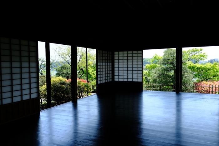 日本庭園の眺めも美しく、建物の各所に創意工夫が感じられます。しばし時間を忘れてたたずみたくなる空間です。
