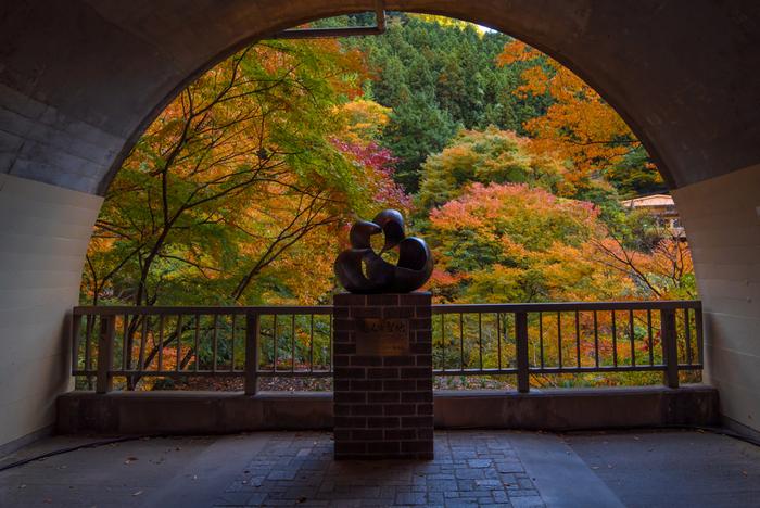 """観瀑トンネル内にあるモニュメントは、2015年に""""恋人の聖地""""として認定されました。大子町の鳥でもあるオシドリとハート、無限大(∞)をモチーフにしたモニュメントは、フォトスポットにもぴったり。"""