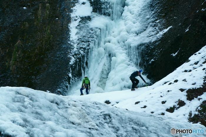 """毎年1~2月にかけては滝の6割程度が凍る袋田の滝ですが、寒さが厳しい冬には、滝全体が完全に凍結してしまう年もあるそう。""""氷瀑(ひょうばく)""""と呼ばれる現象で、完全に凍結している時期は、アイスピックを使って滝を登るアイスクライマーがたくさんいるそう。ただし、氷瀑が起こるのは5~6年に一度ぐらいとかなり珍しいので、もし出合えたらラッキーですね。"""