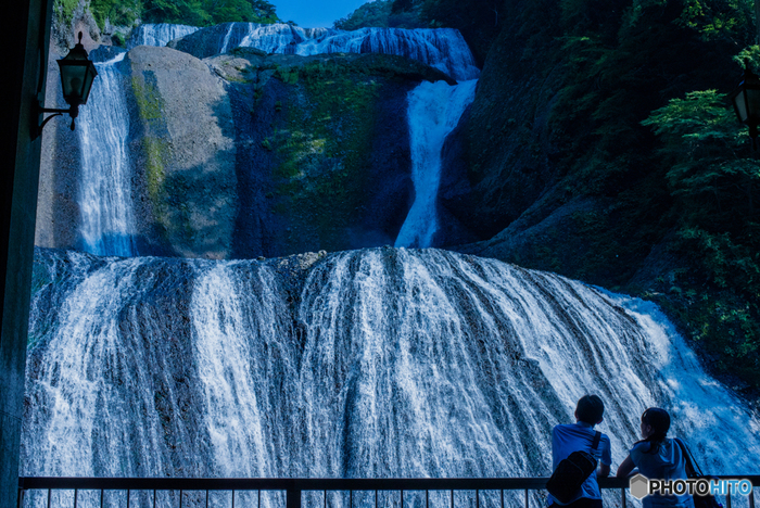 """大きさは、高さ120m・幅73m。大きな岩壁を4段に落下することから別名""""四度(よど)の滝""""とも呼ばれ、昔からその雄大さで人々を魅了してきました。トンネルの先にある観曝台からは、滝を正面に見ることができ、その迫力に圧倒されます。"""
