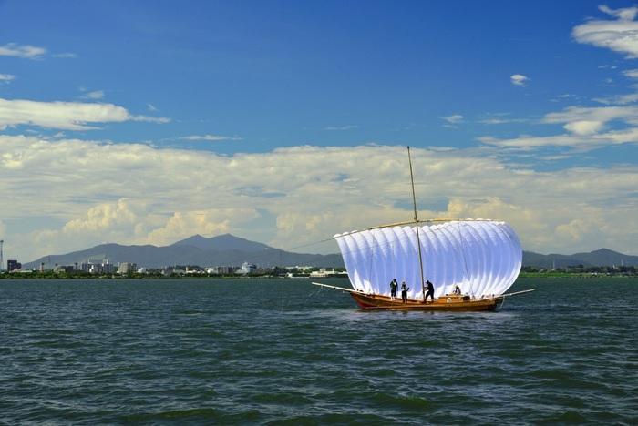 夏から秋には「帆引き船」の姿を見ることができます。1880年(明治13年)にかすみがうら市の漁師・ 折本良平氏が考案した船で、風力を利用して網を引っ張る帆引き漁法に使われていました。現在は観光用に操業されていて、湖面を渡る風を受け真っ白な帆をいっぱいに張って進む姿は、霞ヶ浦の風物詩です。