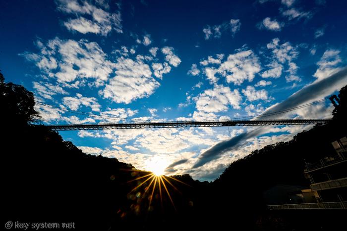 奥久慈県立自然公園にある「竜神大吊橋」は、竜神川をせき止めた竜神ダムの上にかけられた橋。橋の長さは375mで、歩行者専用の橋としては日本最大級の長さです。