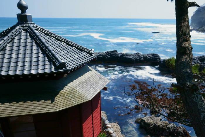 大津港駅から車で10分ほどのところにある「五浦海岸(いづらかいがん)」は、「日本の渚百選」や「日本の音風景百選」にも選ばれています。海に突き出した六角堂(ろっかくどう)は、元々は明治時代の思想家、岡倉天心が思索の場所として自ら設計した建物でした。その後、東日本大震災の時に津波の直撃を受け、土台のみを残して消失してしまいましたが、2012年((平成24年)に再建されました。