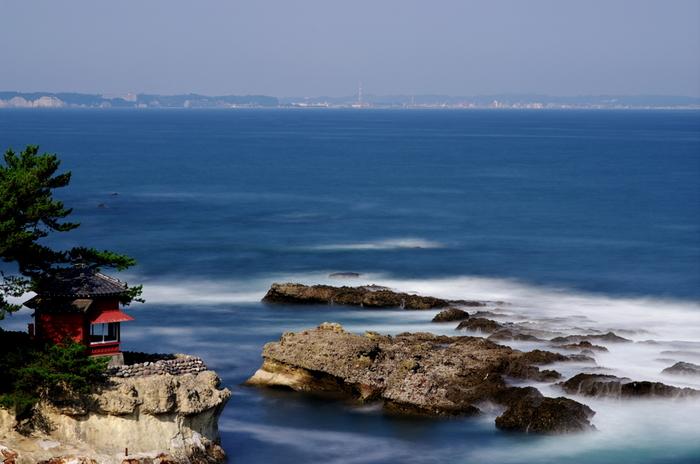 """大小の岩や入り組んだ入江の形から、""""関東の松島""""の異名をもちます。高台から見える大海原は開放感たっぷり。波しぶきと波の音を聴きながら、心をリフレッシュできそうです。"""