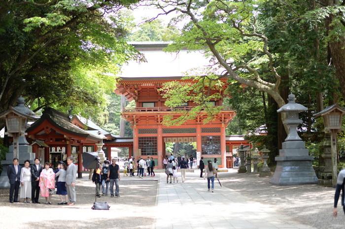 神武天皇の時代に創建された、由緒ある「鹿島神宮」は、人気のパワースポットです。境内には見所のある建物が多くあるので、ぜひゆっくり歩いてみてくださいね。まず大鳥居をくぐった先にあるのが楼門。日本三大楼門の一つに数えられ、1634年(寛永11年)に水戸徳川初代藩主の頼房卿によって奉納されました。